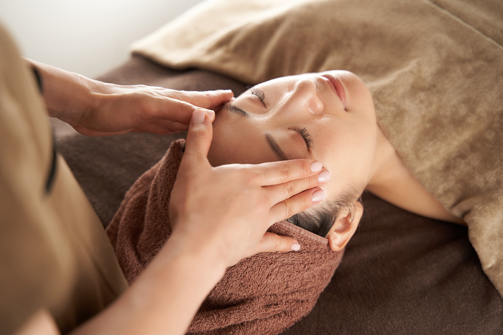 Woman getting her forehead massaged